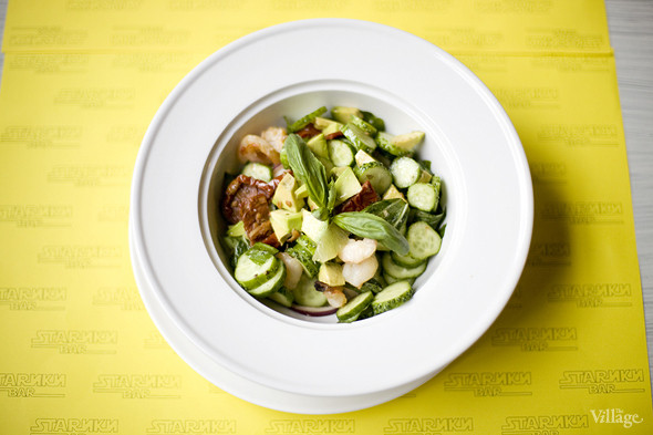 Салат из авокадо, свежих овощей и вяленых томатов с креветками-гриль в «Старики баре». Изображение № 27.