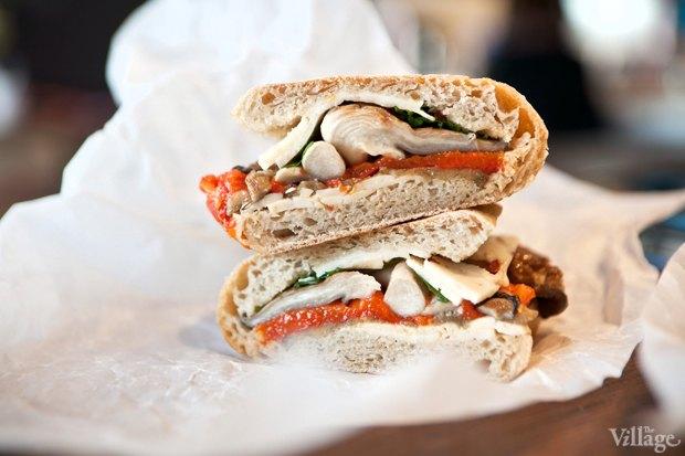 Сэндвич с печёными овощами, вешенками, острым сыром и кинзой. Изображение № 22.
