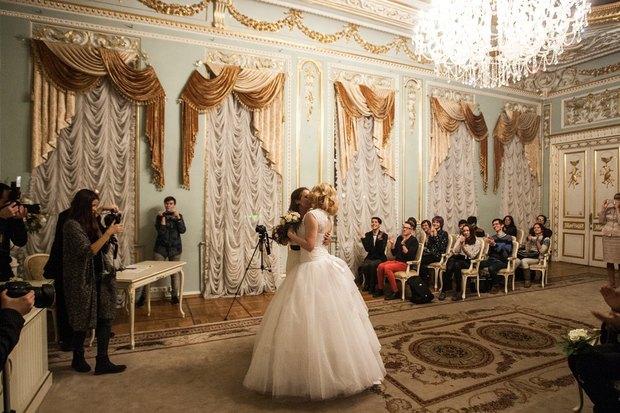 В петербургском загсе женят двух невест. Изображение № 4.