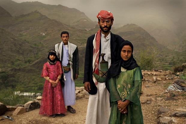 Стефани Синклер, США, для National Geographic Magazine. Юные жены из Йемена вместе со своими супругами. Одна из девочек вышла замуж, когда ей было 6. Изображение № 5.