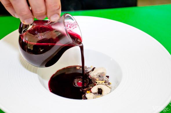 Omnivore Food Festival: Иван Березуцкий готовит суп из черноплодной рябины и нутрию в бересте. Изображение № 36.