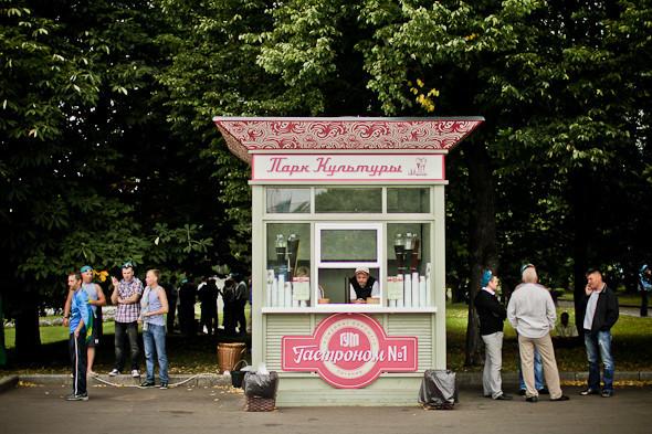 Все рестораны и кафе в парке были закрыты, кроме двух киосков с лимонадом.. Изображение № 7.