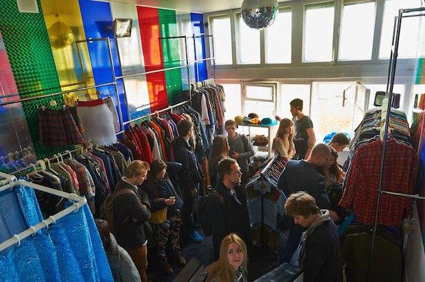 В доме Наркомфина открылись шоу-рум No Wave Store ифалафельная Holynoot. Изображение № 1.