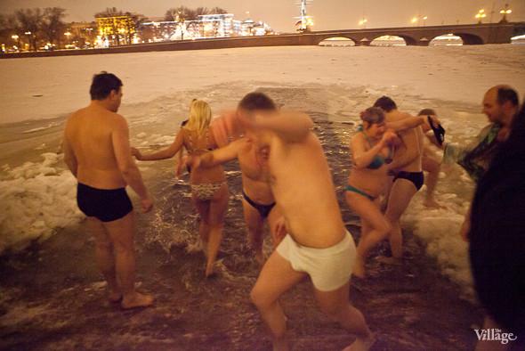Фоторепортаж: Крещенское купание в Петербурге. Изображение № 9.