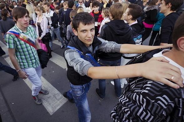 Приглашение на праздник выдается выпускникам в школах. С помощью документа можно миновать кордоны полицейских и попасть на концерт поп-ассорти Билан-Максим-Лазарев.