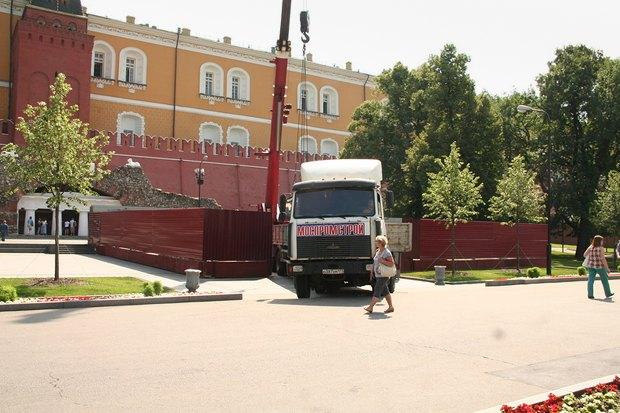В Александровском саду разобрали обелиск . Изображение № 6.