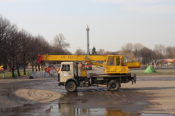 Демонтаж в парке им. Горького, 28 апреля 2011 . Изображение № 12.
