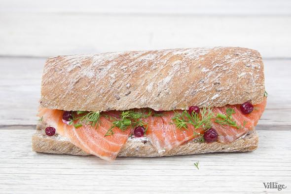Сэндвич из зернового багета с лососем, сливочным сыром и брусникой — 150 руб. / 130 руб. навынос. Изображение № 2.