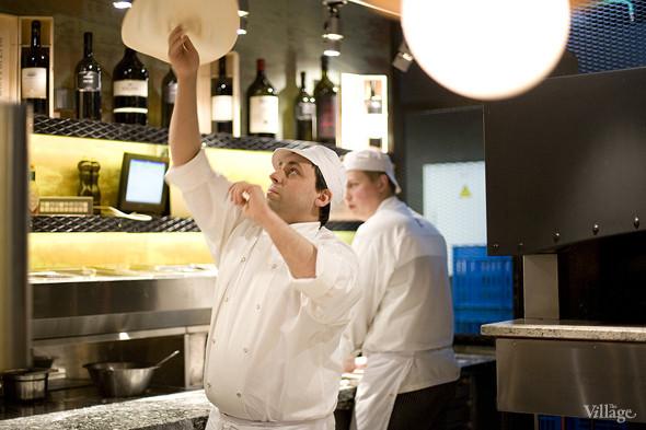 Пиццайоло Barmalini, Роман Климентов, подкидывает тесто для пиццы, чтобы раскатать его до нужных размеров