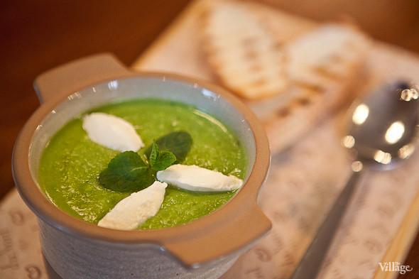 Potage St. Germain – «Потаж Сен-Жермен» — крем-суп из зелёного горошка с мятой и козьим сыром — 210 рублей. Изображение № 32.