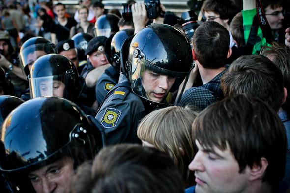 На громкие женские крики из толпы полиция реагирует и смягчает  давление.