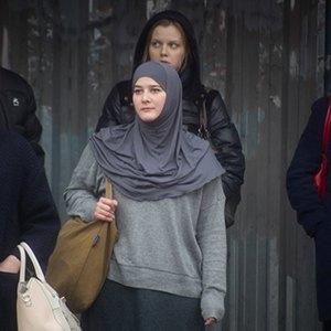Каково носить хиджаб в Москве, жить в психдиспансере и делать бизнес на смене пола. Изображение № 4.