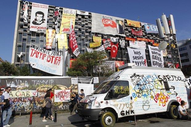 Как у них: Чего требуют на митингах жители Афин, Минска, Тель-Авива и Гонконга. Изображение № 17.
