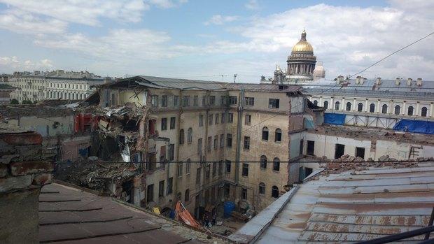 Фото дня: На Исаакиевской площади сносят историческое здание. Изображение № 1.