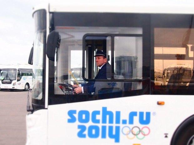 Водителей автобусов до Колпина переодели в деловую форму. Изображение № 1.