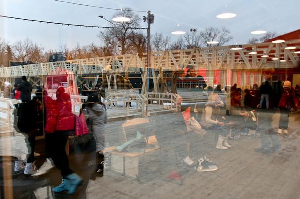 Бегущий на лезвиях: Первые посетители катка в парке Горького. Изображение № 26.