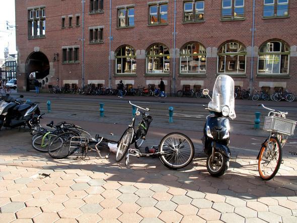 на улице, ведущей к центру города, важно не наступить на брошенные велосипеды