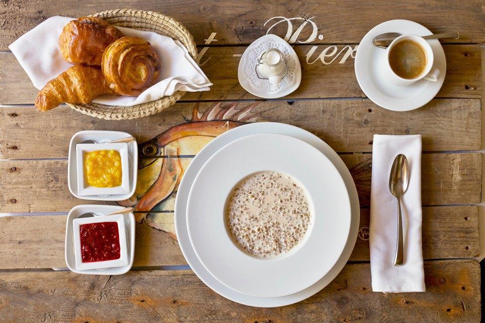 Гречневая каша на топлёном молоке (250 рублей); американский кофе (250 рублей); булочка с заварным кремом (130 рублей). Изображение № 15.