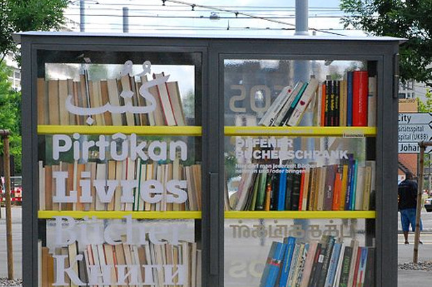 Первый общественный книжный шкаф в Базеле. На стекле видны надписи «Книги» на нескольких языках, включая русский.. Изображение № 8.