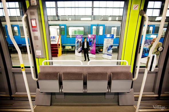 Откидные сидения могут быть использованы для пассажиров с детскими колясками и крупногабаритным багажом. Изображение № 31.