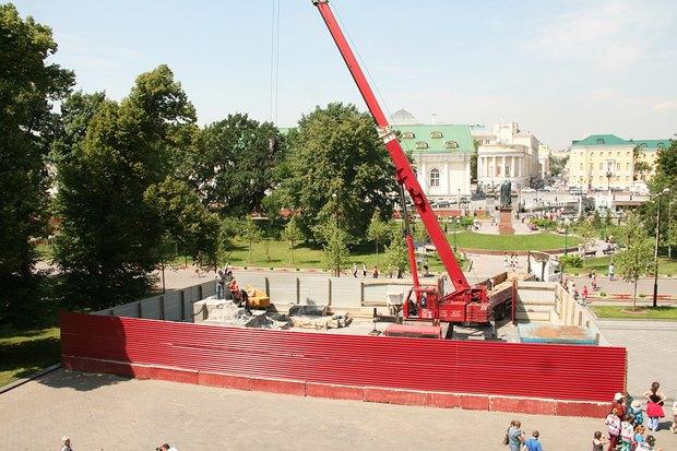 В Александровском саду разобрали обелиск . Изображение № 2.