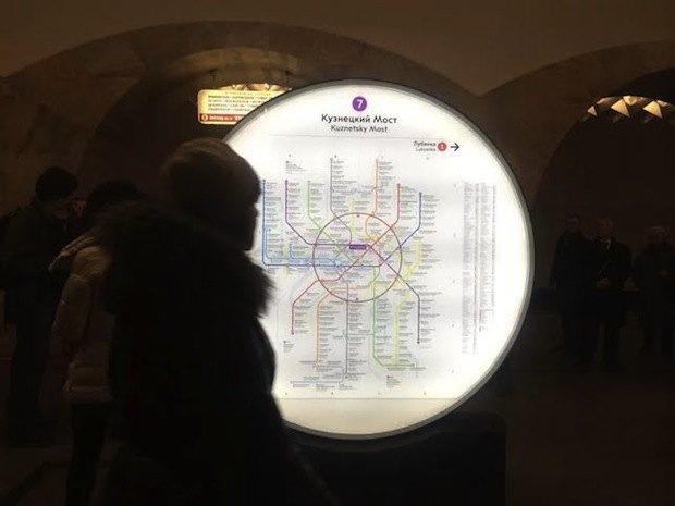 На трёх центральных станциях метро установили информационные стелы. Изображение № 2.