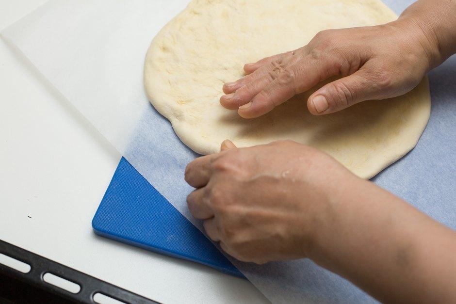 Повар LookAtMedia готовит пиццу «Четыре сыра» ичизкейк изроссийских продуктов. Изображение № 4.