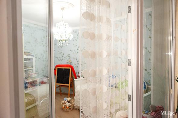Дверь из детской комнаты на балкон.