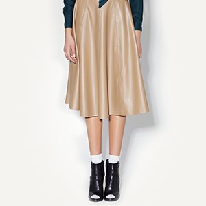 Сумка M2Malletier, юбка Iam, костюм Lesley&Roberts. Изображение № 2.