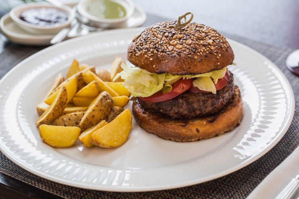 Гамбургер из мраморной говядины —  450 рублей . Изображение № 19.