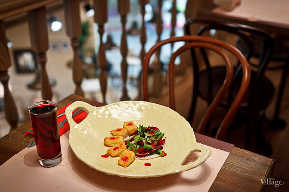 Жареный сыр бри с микс-салатом, грушей и клубникой — 290 рублей и вишневый сок — 90 рублей. Изображение № 24.