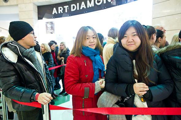 Тэн и Шэнцзе, студентки РУДН. Приехали в 4 утра. Хотят всё. Всё утро переговаривались по Skype с китайской очередью.. Изображение № 7.