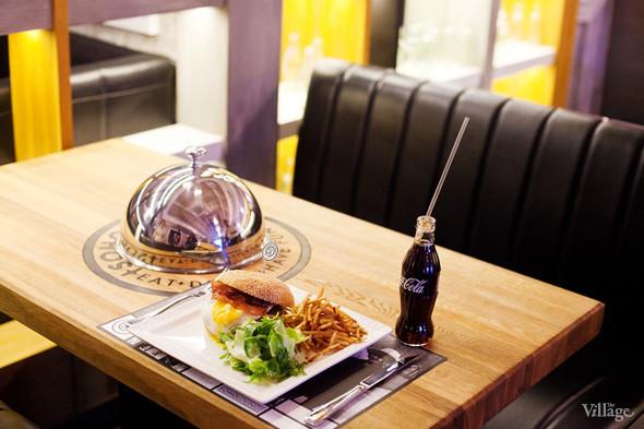 Бургер с хрустящим беконом и яйцом — 590 рублей. Изображение № 34.
