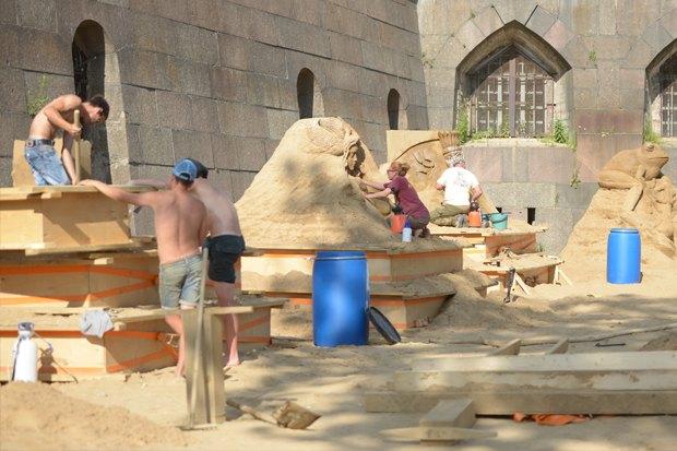 На пляже Петропавловской крепости построили песчаные скульптуры. Изображение № 6.