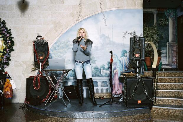 Роб Хорнстра, Нидерланды, для Institute for Artist Management. Сочинская певица в ресторане «Евразия» . Изображение № 3.