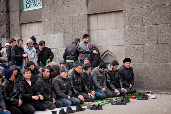 Пожилая женщина ждёт, пока молящиеся разойдутся, но перед ней расступаются и пропускают через ряды.. Изображение № 17.