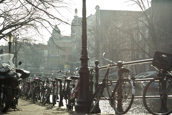 Припаркованные у набережной велосипеды. Изображение № 2.