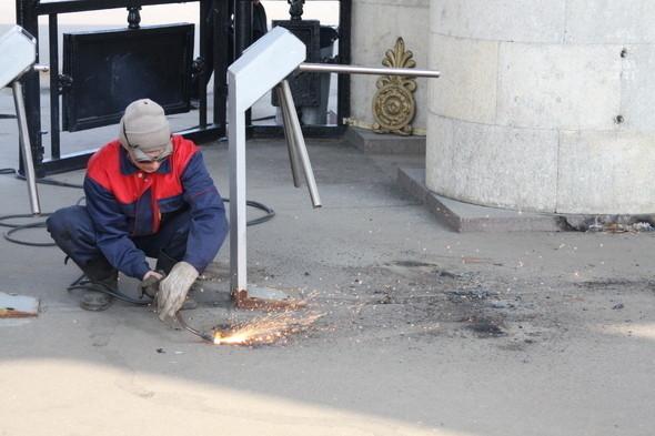 Демонтаж входных турникетов в парке Горького, 28 апреля 2011 . Изображение № 4.