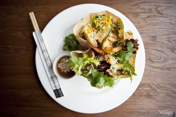 Азиатский салат с фунчозой, курицей, креветками, манго, кальмарами и грибами шиитаке — 380 рублей. Изображение № 18.