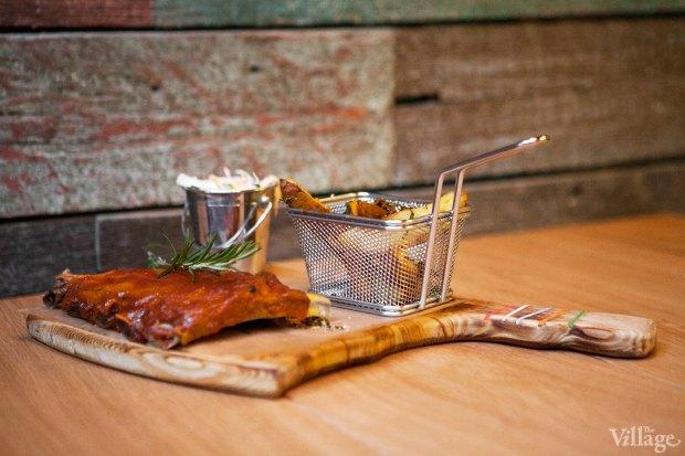 Рёбра свиные с соусом BBQ с весенним салатом — 519 рублей. Изображение № 39.