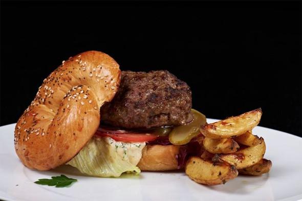 Кашрут в Noodles не тождественен еврейской кухне, в меню почти нет традиционных блюд, но есть, например, бургер. . Изображение № 23.