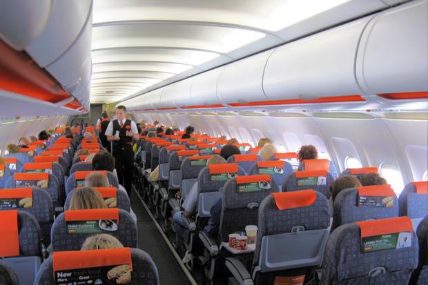 Салон самолёта Airbus A320 авиакомпании EasyJet. Изображение № 2.