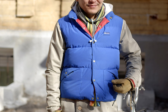 На Андрее шапка Nike, шарф Gant, дутая жилетка Penfield, перчатки и ботинки Timberland. Андрей катается на велосипеде по всему городу.. Изображение № 11.