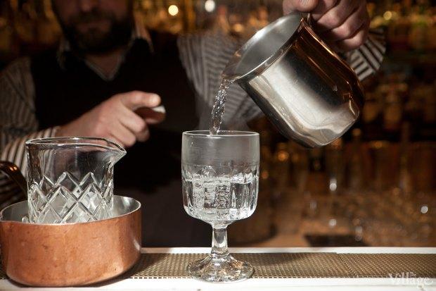 Налить в бокал для коктейля горячую воду, чтобы нагреть его. Изображение № 23.