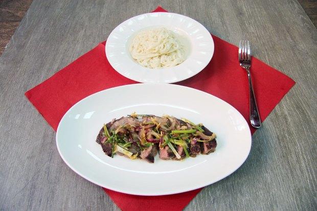 Говядина с соусом от шеф-повара и отварной лапшой с кунжутом. Изображение № 2.