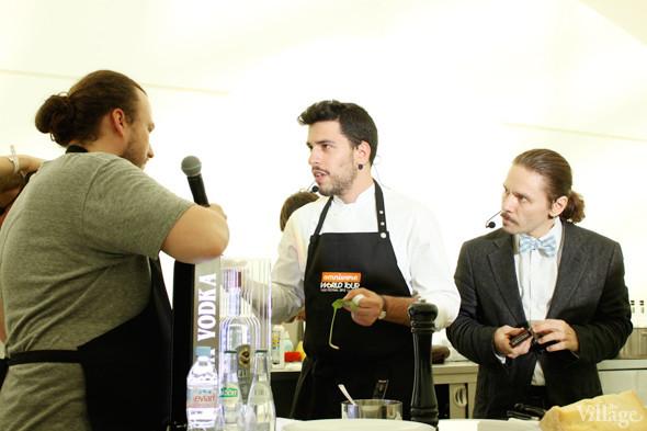 Omnivore Food Festival: Майкл Гринвольд и Симоне Тондо готовят орзотто из ячменя и тартар из голубя. Изображение № 7.