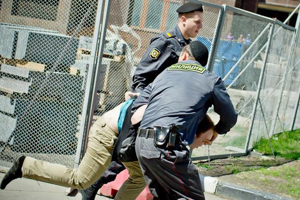 На выкрики толпы «Убивай пидорасов», «Говномесы, прочь» полиция никак не реагировала. Некоторых гомофобов пропускали сквозь оцепление.. Изображение № 8.
