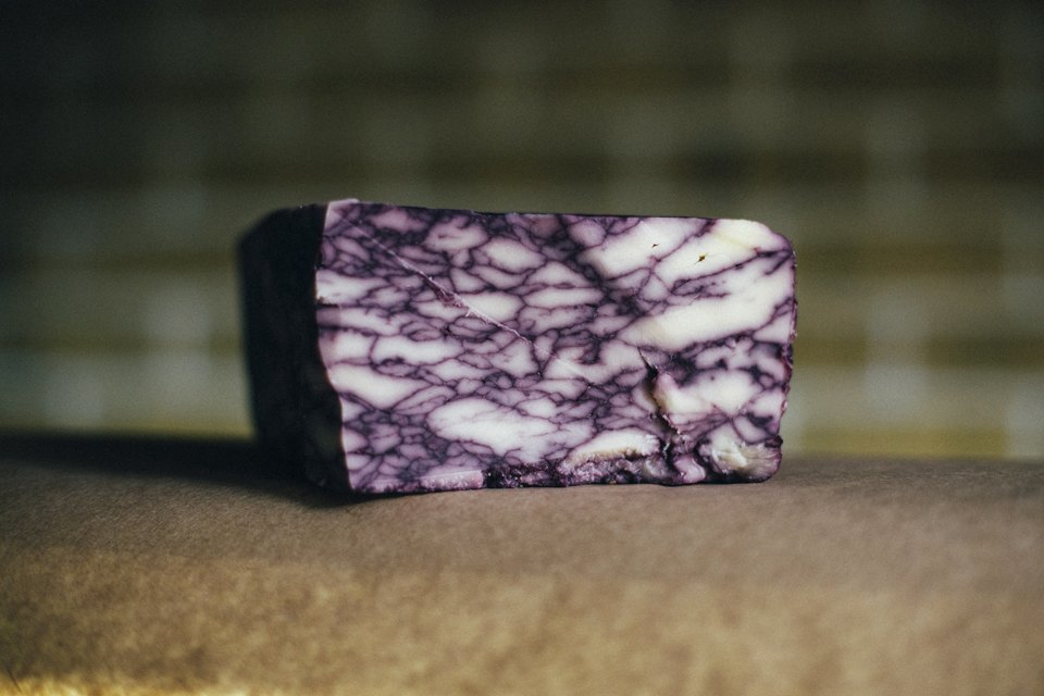 Британский сыр дерби с португальским портвейном. Именно из-за портвейна появляется такой мраморный рисунок. Изображение № 10.