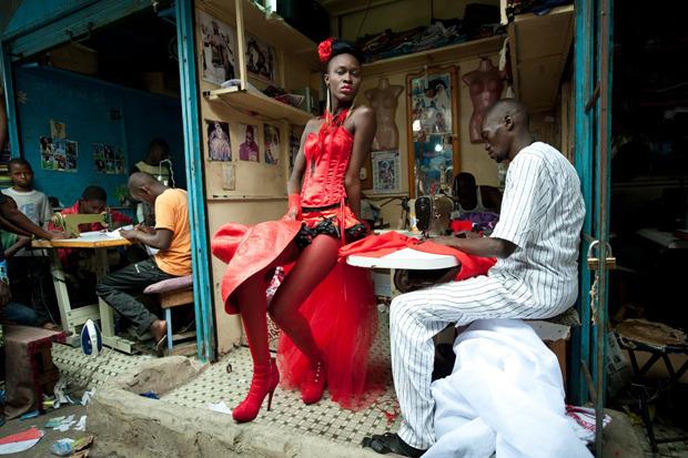 Винсент Буасо, Франция, Riva Press для Le Figaro Magazine. Модель перед показом на Неделе моды в Дакаре. Изображение № 2.