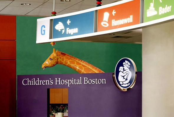 Пример дизайна, рассчитанного одновременно на детей и их родителей. Основой системы ориентирования стали повторяющиеся иконки с читаемым цветовым кодом. (Children's Hospital Boston). Изображение № 20.